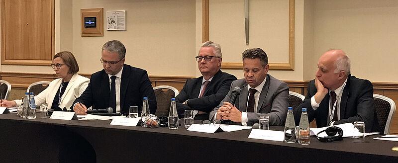 Predsednik računskega sodišča z ostalimi razpravljalci na okrogli mizi