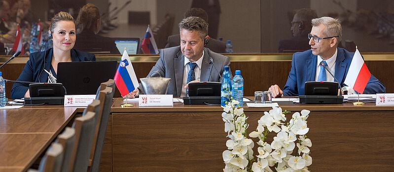 Vodja kabineta predsednika dr. Dijana M. Zupanc, predsednik računskega sodišča Tomaž Vesel in predsednik VRI Poljske Krzysztof Kwiatkowski