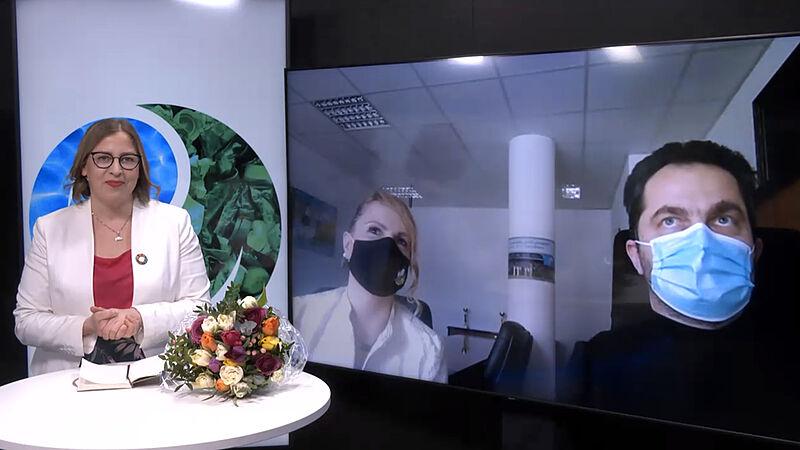 Generalna državna revizorka Finske Tytti Yli-Viikari, na zaslonu vodja kabineta predsednika dr. Dijana M. Zupanc in vrhovni državni revizor dr. Miroslav Kranjc.