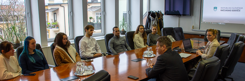 Študentke in študentje med predstavitvijo na računskem sodišču