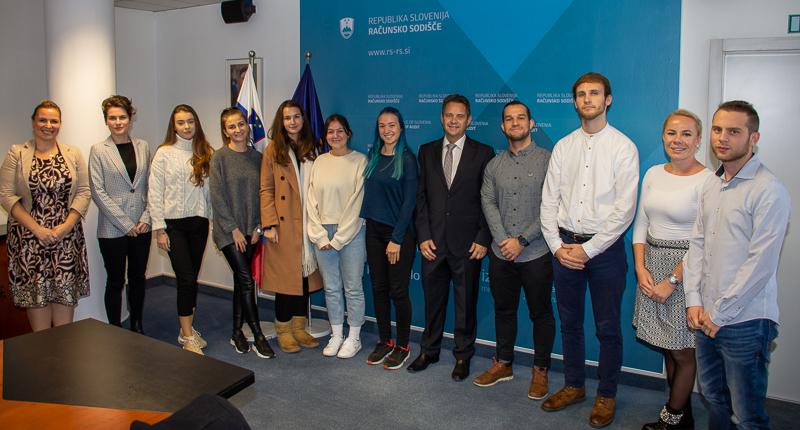 Skupinska fotografija udeležencev s predsednikom računskega sodišča Tomažem Veselom