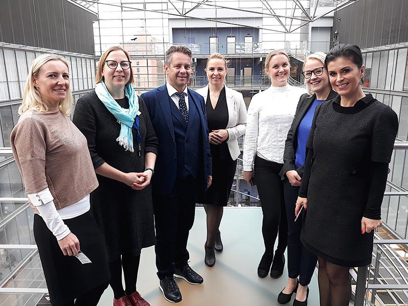 Predsednica VRI Finske in predsednik računskega sodišča s sodelavci